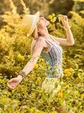 Η εύθυμη γυναίκα ομορφιάς χαλαρώνει, κήπος, άνθρωποι υπαίθριοι Στοκ εικόνες με δικαίωμα ελεύθερης χρήσης