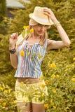 Η εύθυμη γυναίκα ομορφιάς χαλαρώνει, κήπος, άνθρωποι υπαίθριοι Στοκ φωτογραφία με δικαίωμα ελεύθερης χρήσης