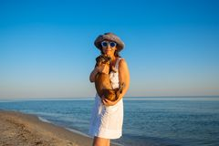Η εύθυμη γυναίκα στα διασκεδάζοντας γυαλιά στέκεται στα WI ακτών Στοκ Εικόνα