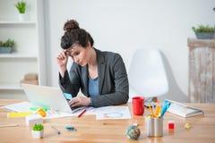 Η εύθυμη γυναίκα χρησιμοποιεί το σημειωματάριο για την εργασία Στοκ εικόνες με δικαίωμα ελεύθερης χρήσης