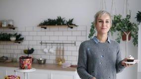 Η εύθυμη ευτυχής στάση γυναικών στην κουζίνα, ρίχνει μικρό marshmallow και το πιάνει με το στόμα της Απότομα γκρίζος μαλλιαρός απόθεμα βίντεο