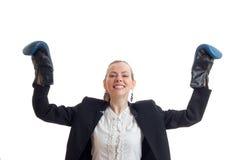 Η εύθυμη ισχυρή επιχειρησιακή γυναίκα κλασικό σε ομοιόμορφο με τα εγκιβωτίζοντας γάντια και παραδίδει τον αέρα Στοκ φωτογραφίες με δικαίωμα ελεύθερης χρήσης