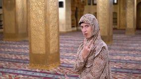 Η εύθυμη καλόγρια μέσα στο ισλαμικό μουσουλμανικό τέμενος παρουσιάζει ότι αστείος θέτει και έχοντας τη διασκέδαση Αίγυπτος απόθεμα βίντεο