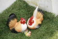 η εύθυμη κοτόπουλου χαρακτήρων Πάσχας κάρτα απεικόνισης οικογενειακών χαιρετισμών ευτυχής συμβολίζει Στοκ Φωτογραφίες