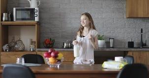 Η εύθυμη μαθήτρια προετοιμάζει το πρόγευμα στην κουζίνα φιλμ μικρού μήκους