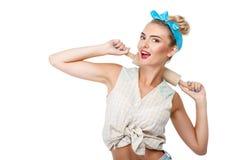 Η εύθυμη νέα γυναίκα κάνει τη διασκέδαση πριν από το ψήσιμο Στοκ Εικόνες