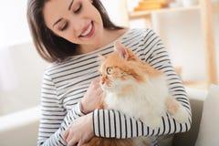 Η εύθυμη νέα γυναίκα χαλαρώνει με το ζώο στοκ φωτογραφίες