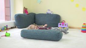 Η εύθυμη δορά αγοριών μικρών παιδιών κάτω από το μπλε μεγάλο μαξιλάρι και παρουσιάζει αληθινή συγκίνηση στη κάμερα φιλμ μικρού μήκους