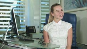 Η εύθυμη παρουσίαση γραφείο-εργαζομένων φυλλομετρεί επάνω να εξετάσει τη κάμερα απόθεμα βίντεο