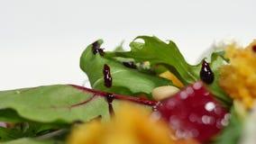 Η εύκολη σαλάτα διατροφής με τα ακατέργαστα τεύτλα κλείνει επάνω Χρήσιμη σαλάτα φραουλών με τα καρύδια arugula και μέλι στο άσπρο απόθεμα βίντεο
