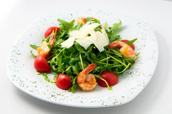 Η ελαφριά σαλάτα των ντοματών κερασιών arugula με τις γαρίδες στην κορυφή που διακοσμείται με το τυρί Στοκ Εικόνες