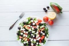 Η ελληνικά σαλάτα και τα συστατικά, επίπεδες βάζουν Στοκ εικόνα με δικαίωμα ελεύθερης χρήσης