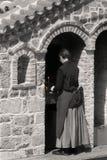 Η ελληνική καλόγρια ανάβει ένα κερί Στοκ εικόνα με δικαίωμα ελεύθερης χρήσης
