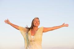 Η ελκυστική ανώτερη γυναίκα σε χαρούμενο θέτει Στοκ Φωτογραφία