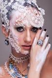 Η ελκυστική γυναίκα με καλλιτεχνικό δημιουργικό αποτελεί Στοκ Φωτογραφίες