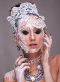 Η ελκυστική γυναίκα με καλλιτεχνικό δημιουργικό αποτελεί Στοκ Εικόνες