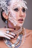 Η ελκυστική γυναίκα με καλλιτεχνικό δημιουργικό αποτελεί Στοκ Φωτογραφία