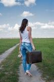 Η ελκυστική γυναίκα με την παλαιά βαλίτσα πηγαίνει μακρυά Στοκ Φωτογραφίες