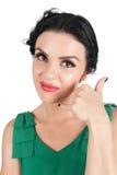 Η ελκυστική γυναίκα παρουσιάζει ότι με καλέστε σημάδι Στοκ εικόνα με δικαίωμα ελεύθερης χρήσης