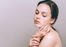 Η ελκυστική γυναίκα πορτρέτου με τις φακίδες καθαρίζει το δέρμα και την όμορφη τρίχα Στοκ φωτογραφίες με δικαίωμα ελεύθερης χρήσης