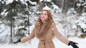 Η ελκυστική γυναίκα ρίχνει το χιόνι επάνω απόθεμα βίντεο