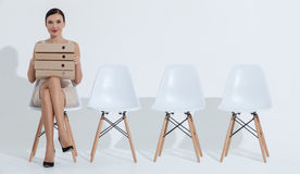 Η ελκυστική επιχειρηματίας προετοιμάζεται για την απασχόληση Στοκ Φωτογραφίες