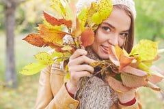 η ελκυστική κάλυψη ομορφιάς φθινοπώρου βγάζει φύλλα τη γυναίκα πορτρέτου γυμνότητας σφενδάμνου Στοκ Εικόνα