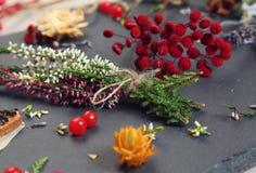 η ελκυστική κάλυψη ομορφιάς φθινοπώρου βγάζει φύλλα τη γυναίκα πορτρέτου γυμνότητας σφενδάμνου Στοκ Εικόνες