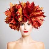 η ελκυστική κάλυψη ομορφιάς φθινοπώρου βγάζει φύλλα τη γυναίκα πορτρέτου γυμνότητας σφενδάμνου όμορφη γυναίκα πορτρέτου Στοκ Φωτογραφίες
