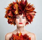 η ελκυστική κάλυψη ομορφιάς φθινοπώρου βγάζει φύλλα τη γυναίκα πορτρέτου γυμνότητας σφενδάμνου όμορφη γυναίκα φύλλων φθιν& Στοκ Εικόνες