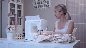 Η ελκυστική νέα γυναίκα απαντά στο τηλέφωνό της ράβοντας απόθεμα βίντεο