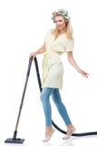Η ελκυστική νέα γυναίκα καθαρίζει το σπίτι της Στοκ Εικόνες