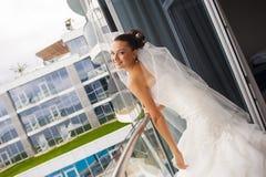 Η ελκυστική νύφη στέκεται στο μπαλκόνι Στοκ εικόνα με δικαίωμα ελεύθερης χρήσης
