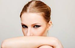Η ελκυστική ξανθή τόπλες γυναίκα με το σκοτεινό μάτι αποτελεί Στοκ Εικόνες