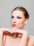 Η ελκυστική ξανθή τόπλες γυναίκα με το σκοτεινό μάτι αποτελεί Στοκ εικόνες με δικαίωμα ελεύθερης χρήσης