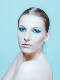 Η ελκυστική ξανθή τόπλες γυναίκα με το σκοτεινό μάτι αποτελεί Στοκ Φωτογραφία