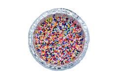 Η ζάχαρη ψεκάζει τη διακόσμηση σημείων για το κέικ στο φλυτζάνι φύλλων αλουμινίου που απομονώνεται επάνω Στοκ Εικόνες