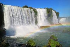 Η ζαλίζοντας άποψη των ισχυρών πτώσεων Iguazu με το όμορφο ουράνιο τόξο, Foz κάνει Iguacu, Βραζιλία Στοκ εικόνα με δικαίωμα ελεύθερης χρήσης