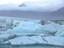 Η ζαλίζοντας άποψη των μπλε παγόβουνων που επιπλέουν στη λιμνοθάλασσα παγετώνων Jokulsarlon, Ισλανδία Στοκ Φωτογραφία