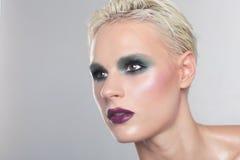 Η ζαλίζοντας γυναίκα με καθαρός και τέλειος αποτελεί Στοκ εικόνες με δικαίωμα ελεύθερης χρήσης