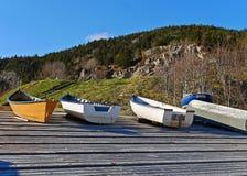 Η ζαλίζοντας εικόνα των βαρκών τράβηξε στην ξηρά στην αποβάθρα το καλοκαίρι Στοκ Εικόνες