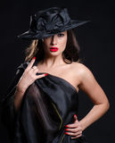 Η ζαλίζοντας φθορά brunette βλέπει μέσω του φορέματος Στοκ φωτογραφίες με δικαίωμα ελεύθερης χρήσης