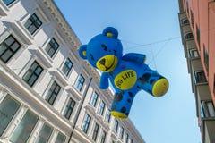 Η ζωή αγκαλιάσματος διόγκωσε τις teddy αρκούδες στοκ εικόνες