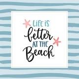 Η ζωή είναι καλύτερη στην παραλία Χέρι-γράφοντας κάρτα αποσπάσματος με μια απεικόνιση αστεριών Διανυσματικός συρμένος χέρι κινητή Στοκ Εικόνες
