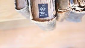 Η ζωή είναι πάρα πολύ σύντομη τους κανόνες φιλμ μικρού μήκους