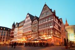 Η ζωή νύχτας στα εστιατόρια και το αναμνηστικό ψωνίζει στην πλατεία Romerberg, το παλαιό πόλης κέντρο και το κτήριο Romer στοκ εικόνα