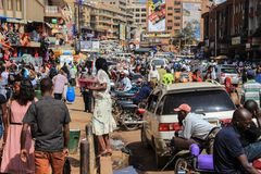 Η ζωή στους δρόμους του κεφαλαίου της Ουγκάντας Πλήθος των ανθρώπων στις οδούς και τη βαριά κυκλοφορία στοκ εικόνες
