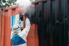 Η ζωγραφική ατόμων με το αερόλυμα γκράφιτι μπορεί, υπαίθρια Διαδικασία του pai Στοκ Φωτογραφίες