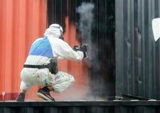 Η ζωγραφική ατόμων με το αερόλυμα γκράφιτι μπορεί, υπαίθρια Διαδικασία του pai Στοκ Εικόνες