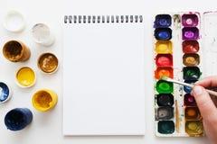 Η ζωγραφική καλλιτεχνών με το επίπεδο χρωστικών ουσιών watercolor βρέθηκε Στοκ Φωτογραφίες
